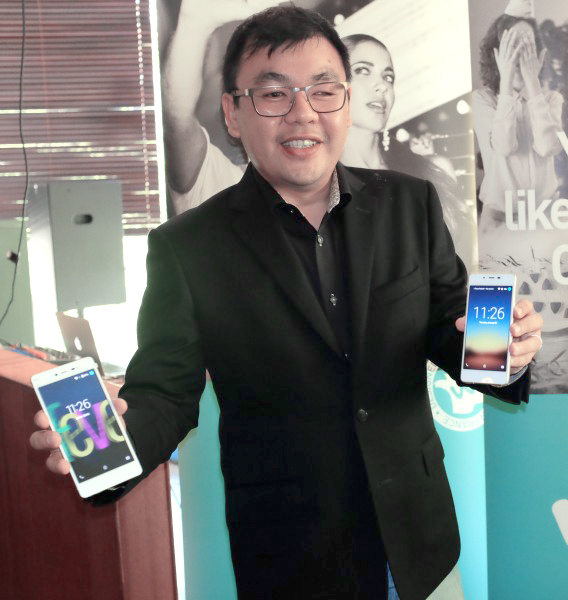 Ken Ang, Business Development Director, Wiko Malaysia, holding up the Wiko Fever and Highway Pure 4G.