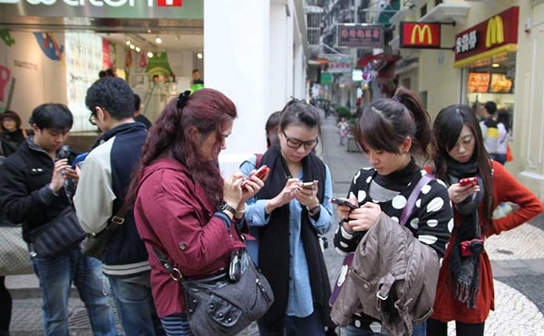 People looking down on their smartphones is a common sight these days. (Image source: cn-psy.com)