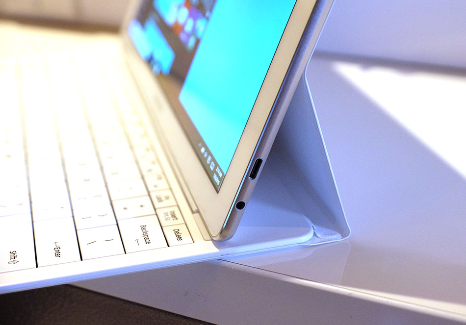 The TabPro S is one of the first devices with a USB 3.1 Type-C port.