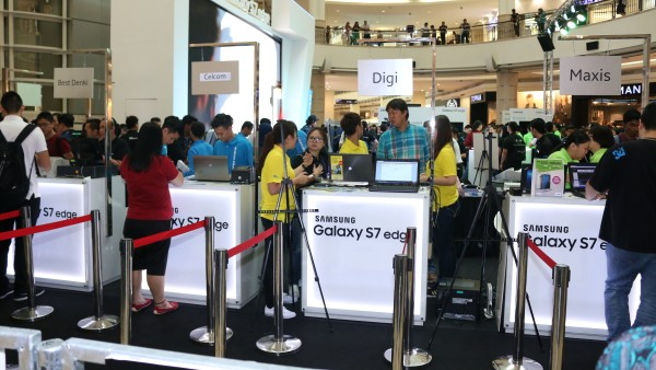 Three of the major telcos, Celcom, Digi, and Maxis, were present at the pre-order distribution.