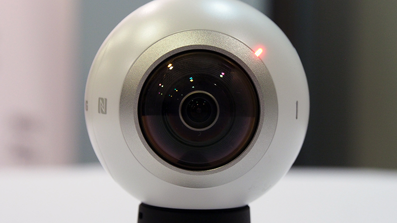 The Gear 360 has two CMOS 15-megapixel fish-eye cameras located on both ends of the spherical body.