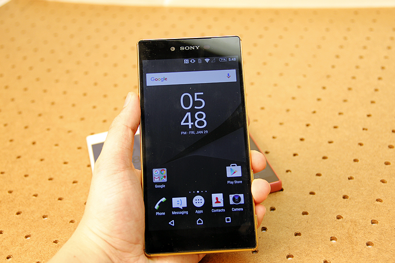 Sony Xperia Z5 Premium may be a little large at 5.5-inch, but it still fits fine and you get a really sexy display to go with its size.