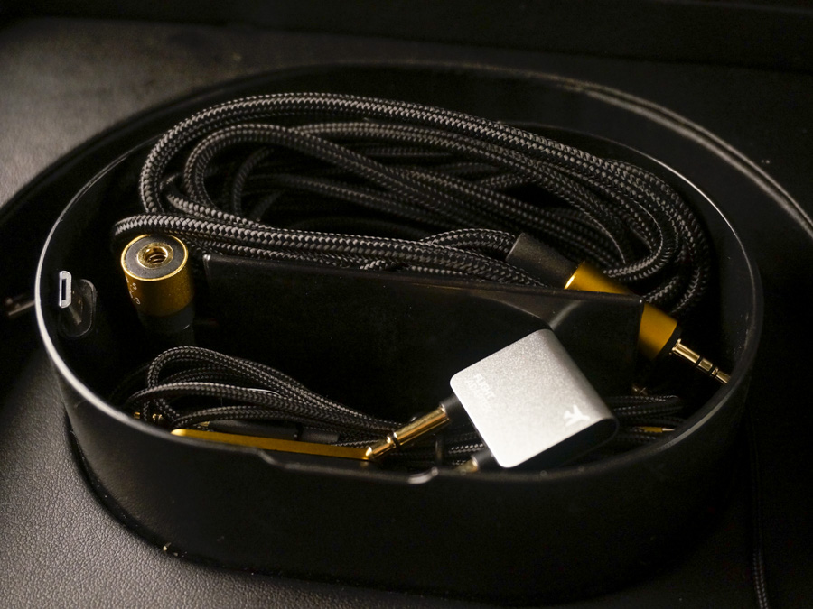 You get a full set of cables with the N90Q.