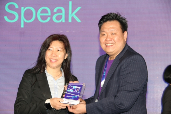 From L-R: Dato' Ng Wan Peng, Chief Operating Officer of Multimedia Development Corporation (MDeC) receiving a token of appreciation from  Greg Oon, Co-CEO of speakOUT.