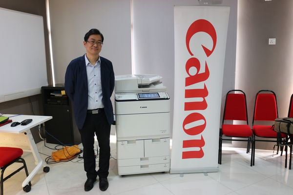 Rodney Fong, CS Product Marketing Department BIS Division of Canon Marketing (Malaysia) Sdn Bhd with the iR-ADV 6500i.