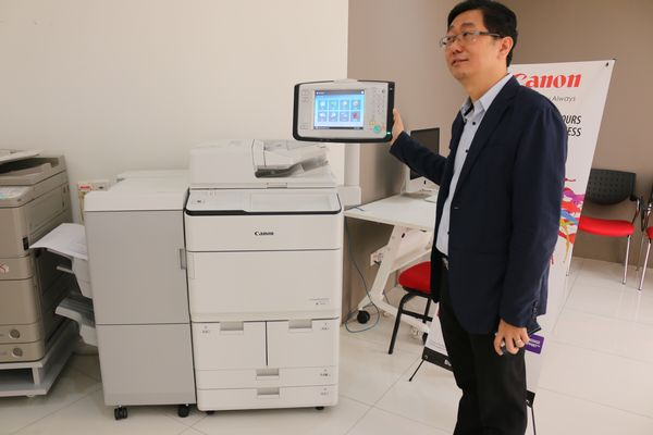 Rodney Fong, CS Product Marketing Department BIS Division of Canon Marketing (Malaysia) Sdn Bhd with the iR-ADV 8500.