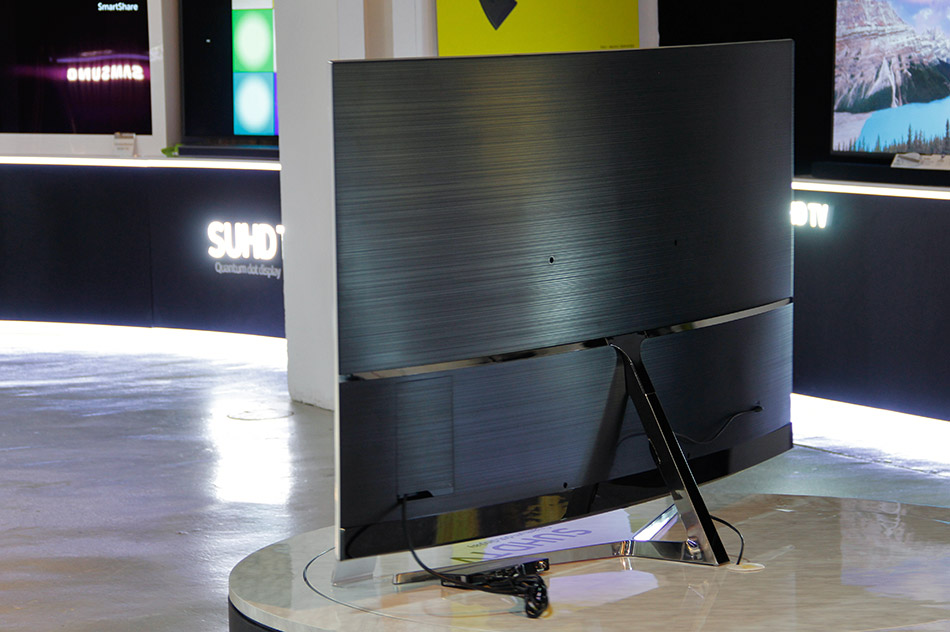 To keep the TV looking great even from behind, ports and screws are hidden from view either by panel covers or the stand attachment.