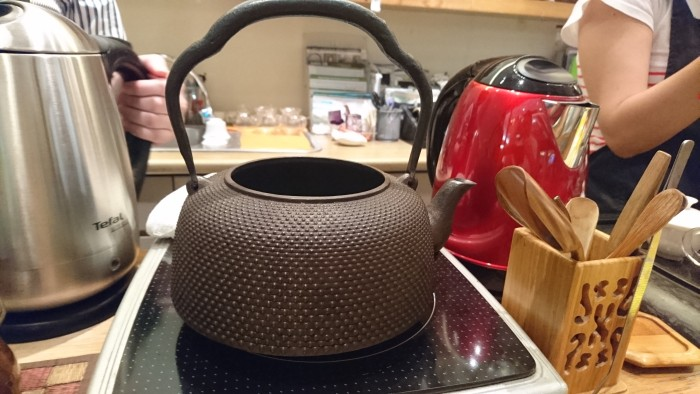 Same cast iron teapot, this time captured with the competitor's phone.