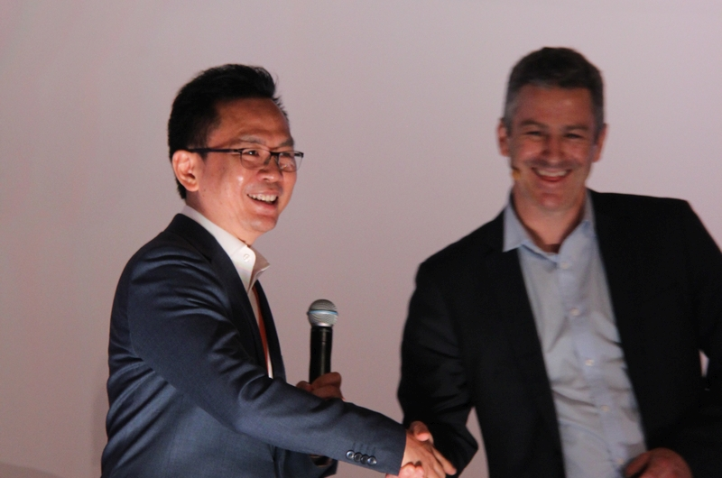 Laurence Si, Country Manager of AWS Malaysia, congratulated by Nick Walton, Head of ASEAN at Amazon Web Services.