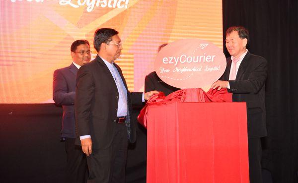(Front, from L-R): Yang Berbahagia Dato' Ali Hanafiah Mohd. Yunus, COO, Digital Services & Standards Sector, MCMC; and John Gun, Director of ezyCourier Malaysia, officially launching ezyCourier.