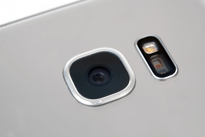 The main camera of the Galaxy S7 edge has been shaved down, and now features a new 12MP DualPixel ISOCELL sensor, which Samsung said captures 54 percent more light than its previous 16MP sensor.