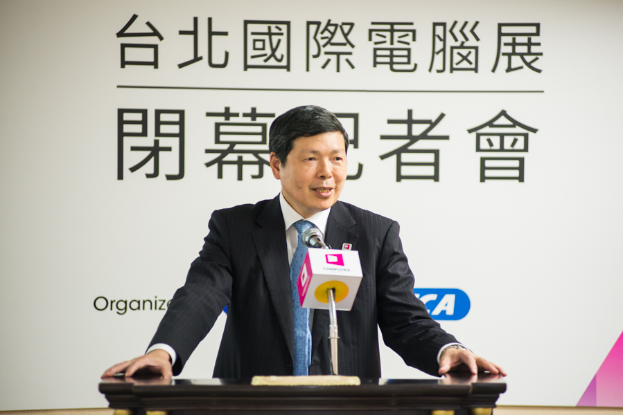 Walter Yeh, Executive Vice President, TAITRA, conducting the press conference.