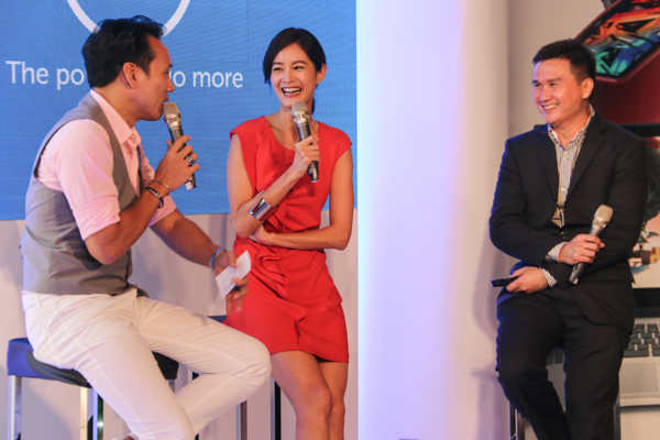 (2nd from left) Janet Hsieh, TV personality, and Ray Wah, Vice President, Dell Consumer Product Marketing (3rd from left) having a lighthearted moment with the emcee earlier today.
