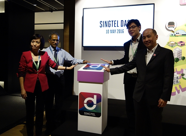 (from left to right, clockwise) Ms Gan Siok Hoon, Singtel's Vice President of mCommerce; Mr Silvester Prakasam, Director, Fare System, Land Transport Authority; Mr Eugene Goh, Vice President, IT & Mobile, Samsung Electronics Singapore; Mr Yuen Kuan Moon, Singtel's CEO of Consumer Singapore.