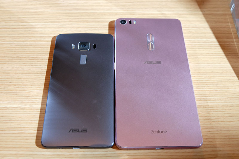Here's a look at the Deluxe beside the larger ZenFone 3 Ultra phablet.