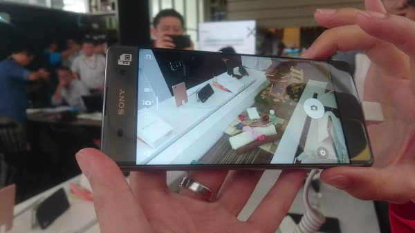 The Sony Xperia XA Ultra being used to demo the new Predictive Hybrid Autofocus.