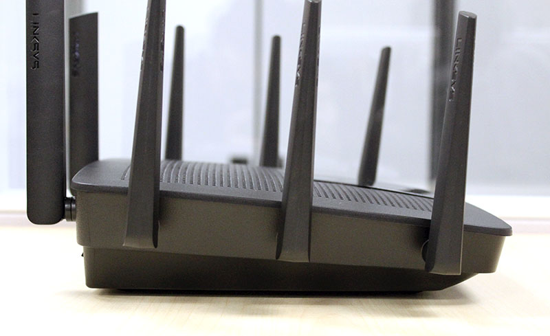 The EA9500 is one bulky router, just look at how thick it is.