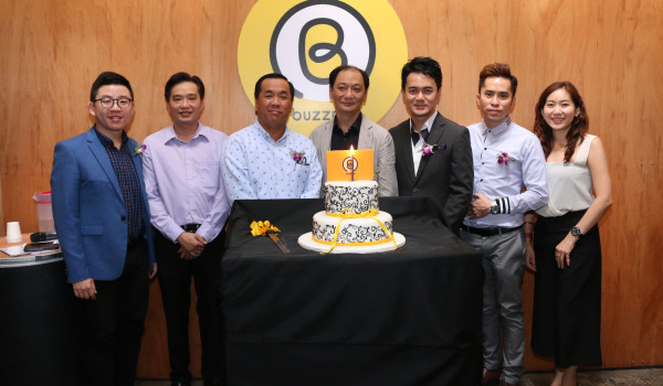 From L-R: Andrew Kok, Head of Consumer Marketing, Mobile 8 Telco Sdn Bhd (far left); Loke Yee Siong, Group CEO, Enabling Asia Tech Sdn Bhd (third from left): and Kewell Yap, Chief Business Controller, Mobile 8 Telco Sdn Bhd (third from right).