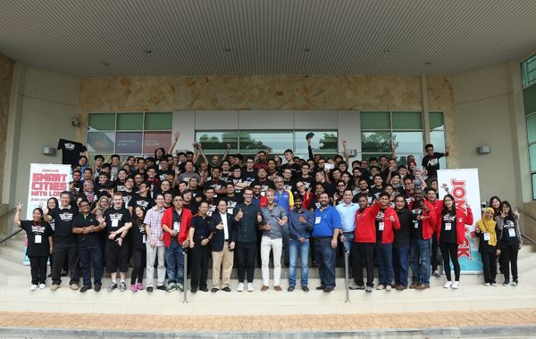 JomHack participants, judges, and partners from MDEC.