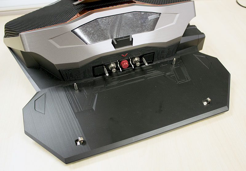 The dock is easy to operate, simply align the notebook to the pins on the bottom panel, push down the locking lever and the pipes will extend from within the dock to form a closed liquid-cooling circuit.