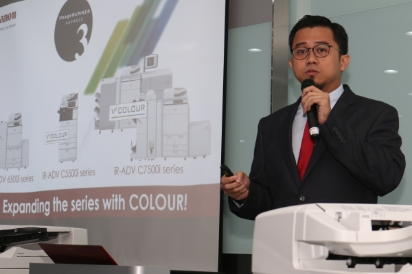 Halid Ayob presenting the features found on the new printers.