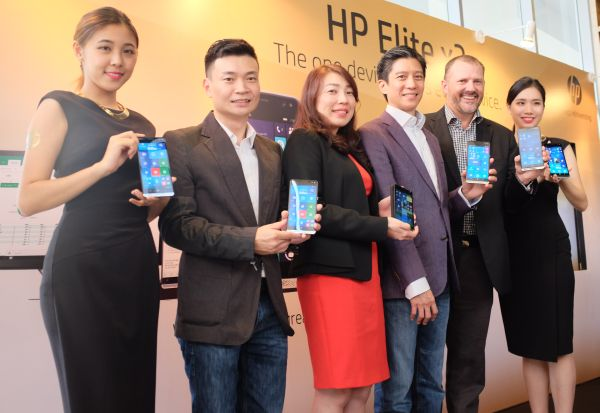 From L-R: Kym Lim, Managing director, HP Malaysia (third from left); Daren Ng, Head of Mobility, HP Asia Pacific and Japan (third from right); and Bruce Howe, General Manager, Consumer Channel Group, Microsoft Malaysia (second from right).