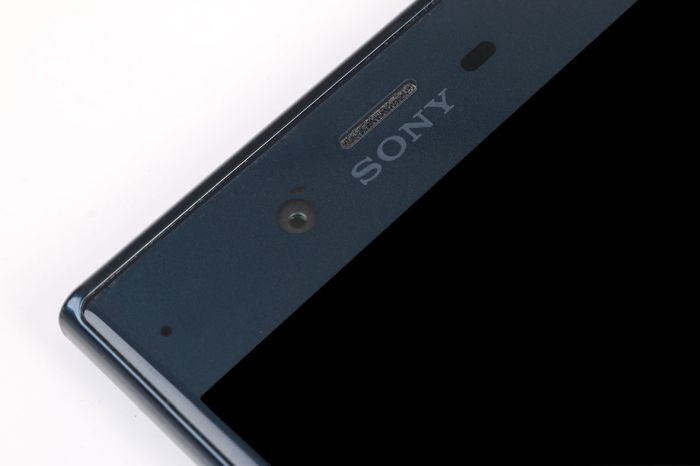 That front-facing camera's 13MP sensor makes things look nice and sharp on the front.