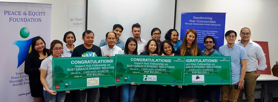 Impact Hub, along with the World Wide Fund for Nature Philippines (WWF-Philippines) and Peace and Equity Foundation (PEF), awarding the winning startup teams pitching innovative energy solutions.