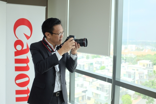 Andrew Koh, President and CEO of Canon Marketing Malaysia posing with the new Canon EOS 5D Mark IV.