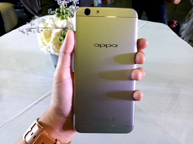 The new OPPO F1s Limited sports a metallic grey color.
