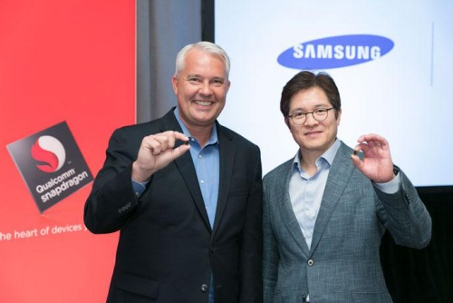 Keith Kressin, senior vice president, product management, Qualcomm Technologies Inc. and Ben Suh, senior vice president, foundry marketing, Samsung, show off the first 10 nanometer mobile processor, the Snapdragon 835, in New York at the Qualcomm Snapdragon Technology Summit. <br> Image source: Qualcomm
