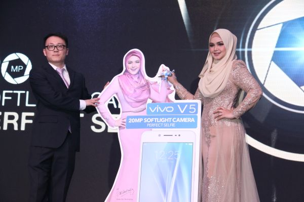 From L-R: Mike Xu, CEO, vivo Malaysia with the band ambassador of vivo, Dato' Siti Nurhaliza.