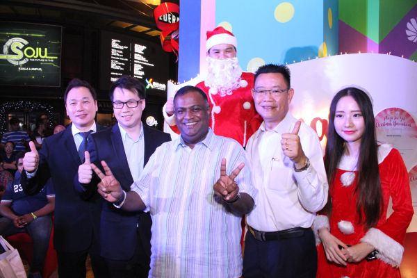 From L-R: Albert Khoo, General Manager of Plaza Low Yat (far left); and Dato' Dr. Loga Bala Mohan, Deputy Federal Territories Minister (middle) posing in front of the special Christmas tree outside Plaza Low Yat.