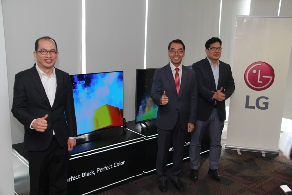 From L-R: Kong Mun Keen, General Manager Marketing, LG Electronics, David Oh, Managing Director, LG Electronics Malaysia and Cho Changhee, Product Manager Home Entertainment, LG Electronics Malaysia with the new OLED B6 TV.