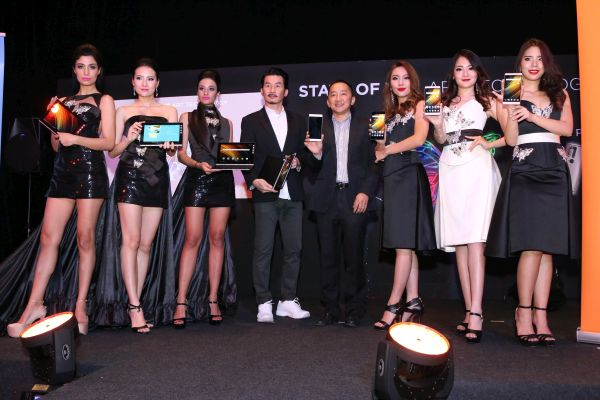 Fashion designer Orson Li Yu (fourth from left) and Khoo Hung Chuan, General Manager, Lenovo Malaysia and Singapore (fourth from right) posing with the Yoga Book and Phab 2 series of smartphones.