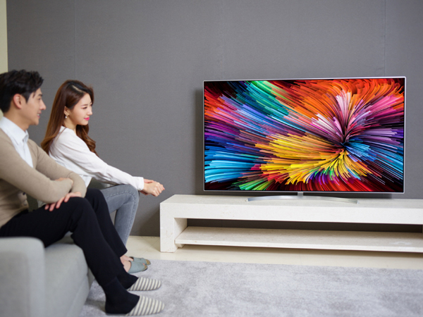 Sitting at an angle may not be optimal for LCD displays, but the new LG Super UHD TVs are apparently spared from narrow viewing angles.