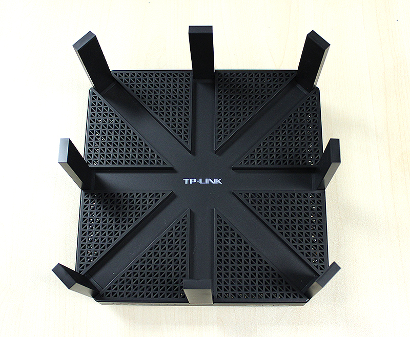 The TP-Link Archer C5400 features a very plain, but practical design that is pleasant on the eyes.