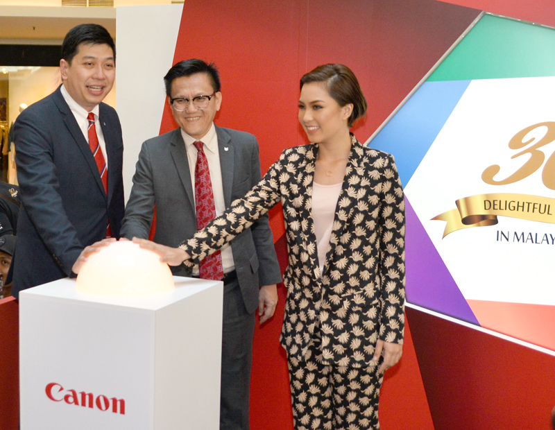 (From L-R): Jeffrey Kung, Assistant Director, Consumer Imaging Information, Canon Marketing (Malaysia) Sdn Bhd; Andrew Koh, President and Chief Executive Officer, Canon Marketing (Malaysia) Sdn Bhd; and Janna Nick, Canon Ambassador, launching the showcase at Mid Valley Megamall earlier today.