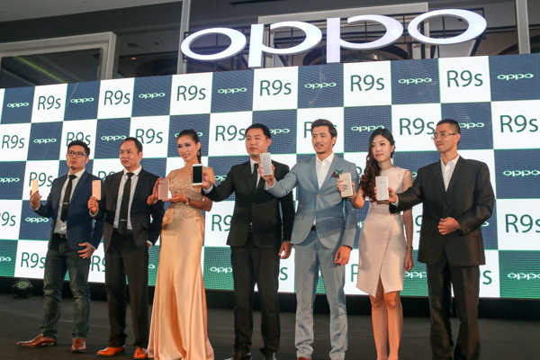 From L-R: Ken Ng, Product Manager, OPPO; Gary Gong, Sales Director, OPPO Malaysia; Amber Chia, Malaysian supermodel; William Fang, Chief Executive Officer, OPPO Malaysia; Fattah Amin, Malaysian actor and singer; and Nikki Chen, Branding Director, OPPO Malaysia, during the launch of the OPPO R9s earlier today.