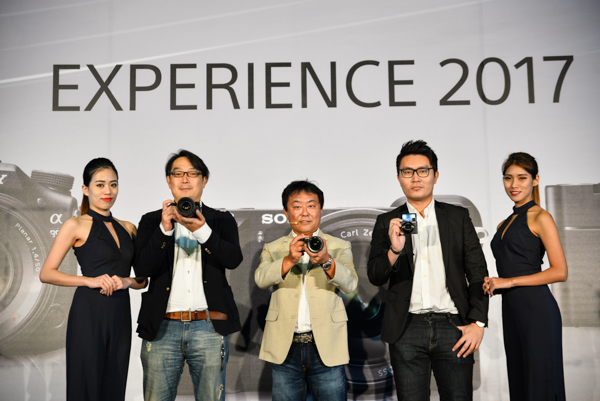 From L-R: Hideyuki Wada (second from left), Marketing Director, Sony Malaysia; Satoru Arai, Managing Director, Sony Malaysia, and Loo Kah Kit, Product Manager, Digital Imaging, Sony Malaysia.