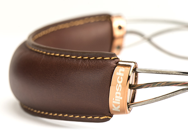 Real leather is used on the neckband for optimal comfort.