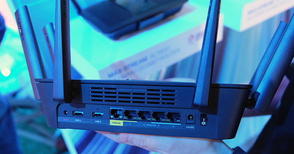 The Linksys EA9400 supports port aggregation on both WAN and LAN ports.