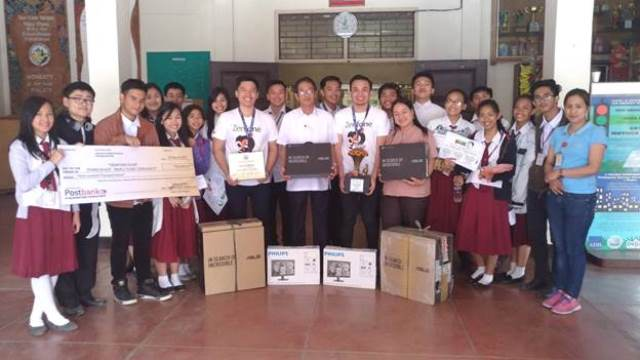 L-R: Students of Baguio City National High School Students, Jake Nualla, ASUS Senior Visual Merchandiser, Mr. Romulo M. Flora, School Principal, Francis Garcia, ASUS Product Marketer for Smartphones, Ms. Ester Gallotan, Head Teacher-in-Charge and Sales, Laser Marketing of BCNHS.