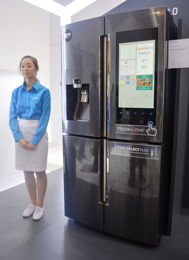 voice recognizing samsung family hub 2 0 fridge coming to. Black Bedroom Furniture Sets. Home Design Ideas