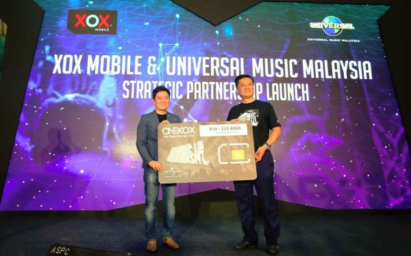 From L-R: Mr. Kenny Ong, Universal Music Group for Malaysia and Singapore's Managing Director and Mr. Ng Kok Heng, XOX Berhad Group CEO launching the ONEMUSIC Edition Starter Pack. <br> Image Source: XOX