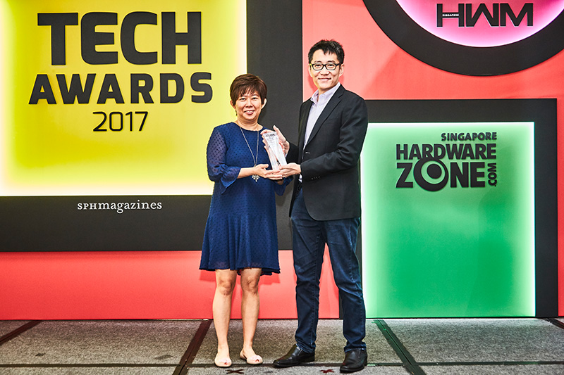 WD is the winner for the Readers' Choice awards for Best NAS Brand and Best External Storage Brand. Here's Ms. Margaret Koh, Sales Director for WD South Asia, accepting the trophy from Mr. Zachary Chan, editor of HWM Singapore.