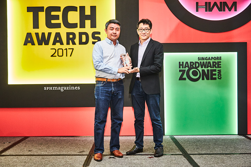 The Readers' Choice award for Best Removable Flash Storage Brand goes to SanDisk. Accepting the award here is Country Sales Manager Mr. Mark Eng.