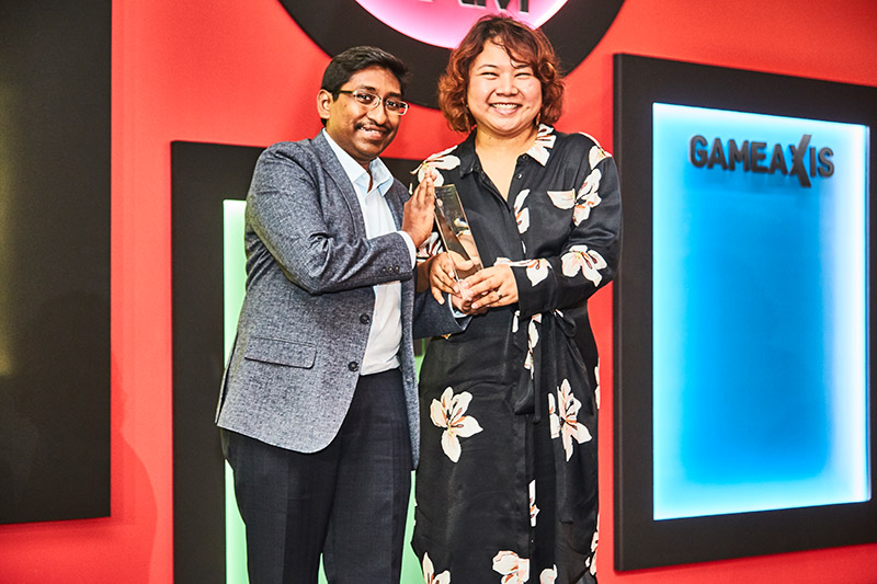 The Editor's Choice award for Best Wireless Router goes to Linksys' EA9500. Receiving the award from Mr. Vijay Anand, editor-in-chief of HardwareZone.com, is Ms. Alison Tan, Regional Marketing Manager for Belkin.