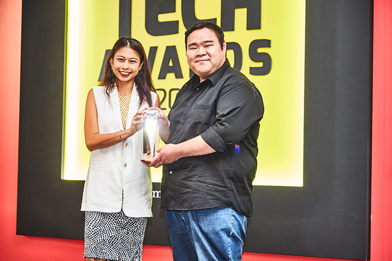 The Readers' Choice for Best Home Theater System Brand goes to Bose this year. Accepting the award from Ms. Reta Lee, group editor for HWM Singapore and HardwareZone.com here is Mr. Wee Cher Young from Atlas Sound and Vision.