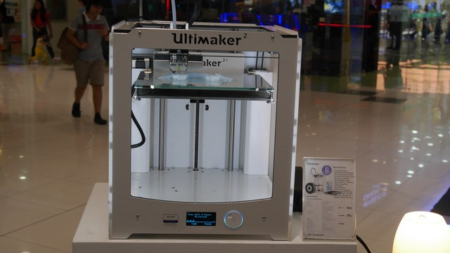 The Ultimaker 3D Printer in action.